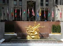 Prometheus雕象在洛克菲勒中心更低的广场的在曼哈顿中城 库存图片