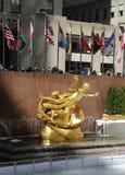 Prometheus雕象在洛克菲勒中心更低的广场的在曼哈顿中城 图库摄影