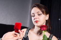 Prometido bonito que mira a Ring During Proposal Imagen de archivo