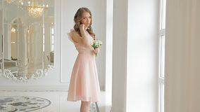 Prometido fabuloso en vestido beige hermoso con un ramo de valle-lirios metrajes