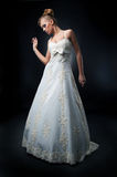 Prometido joven hermoso que presenta en el vestido blanco Fotos de archivo