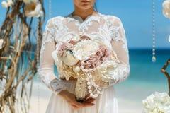 Prometido moreno hermoso en el vestido de boda blanco con largo grande Imagenes de archivo