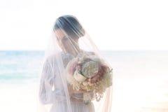 Prometido moreno hermoso en el vestido de boda blanco con largo grande Fotos de archivo