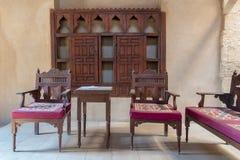 Promi Aufenthaltsraum an Osmaneära historischem Haus der ägyptischen Architektur, Bezirk Darb EL Labbana, Kairo, Ägypten stockbilder