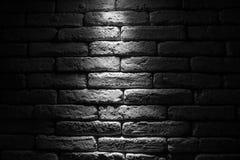 Promień światło na ścianie z cegieł, rocznika tło zdjęcie stock