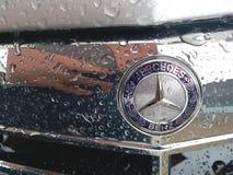 Promień gwiazda Mercedes-Benz okapturza przed samochodem w deszczowym dniu, Bangkok Tajlandia 28 2018 Kwiecień Obrazy Stock