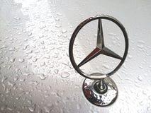 Promień gwiazda Mercedes-Benz okapturza przed samochodem w deszczowym dniu, Bangkok Tajlandia 28 2018 Kwiecień Zdjęcie Royalty Free