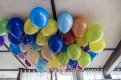 Promień jaskrawi, piękni balony na suficie, obrazy stock
