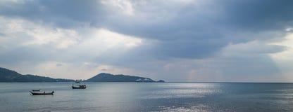Promienie światła jaśnienie przez ciemnych chmur Dramatyczny niebo z chmurą Obrazy Stock
