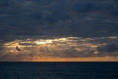 Promienie światła słonecznego jaśnienie przez chmur Zdjęcie Stock