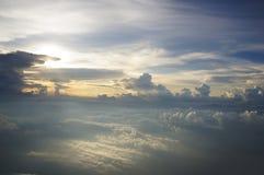 Promienie światło dramatyczny zmierzch nad oceanem, zdjęcie stock