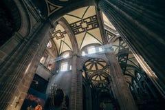 Promienie światło przez szkła w okno w Wielkomiejskiej katedrze Obrazy Royalty Free