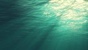 Promienie błyszczy z góry światło słoneczne, penetrujący głęboką jasną błękitne wody, powoduje piękną wodną zasłonę odbijać świat zbiory wideo