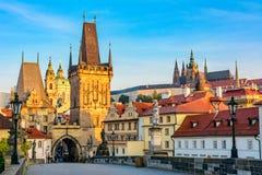 Promienie jutrzenkowy słońce na Charles moscie w Praga, czech Repu Obrazy Stock