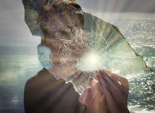 Promienie Odbija na lodzie w chłopiec rękach fotografia stock