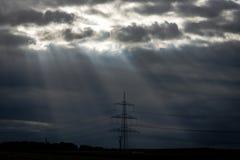 Promienie robi ich sposobowi przez zwartych chmur światło Obraz Stock