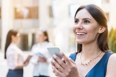 Promieniejąca kobiety writing wiadomość telefonem obraz royalty free