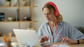Promieniejąca młoda dama studiuje online