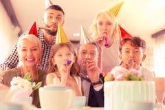 Promieniejąca szczęśliwa rodzina ma dużo zabawy odświętności urodziny obraz stock