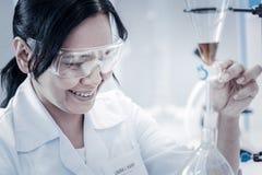 Promieniejący żeński chemika monitorowanie eksperyment w lab obraz stock