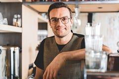 Promieniejący męski mieć pracę w kawiarni Zdjęcie Stock