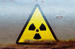 Promieniotwórczy napromieniania ostrzeżenie na ośniedziałym zbiorniku Obrazy Royalty Free