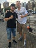 Promis: Unbesiegter Boxer Bakhtyar Eyubov und ehemaliger Verpacken-Kämpfer Sergey Artemyev Lizenzfreies Stockfoto