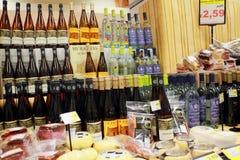 Promoções do vinho no supermercado fotos de stock
