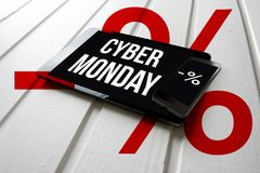 Promoción de venta cibernética de lunes en la pantalla de la tableta del ordenador, en blanco fotografía de archivo