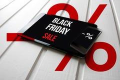 Promoción de venta negra de viernes en la pantalla de la tableta del ordenador, en blanco foto de archivo