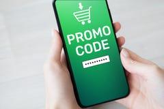 Promocode Rabatt-Kuponnummernfeld auf Handyschirm Geschäfts- und Marketing-Konzept lizenzfreie stockbilder