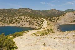Promontório da montanha entre duas baías do Mar Negro em uma luz nova imagens de stock