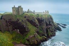 Promontório e mar do castelo de Dunnottar Imagens de Stock