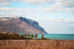 Promontoire de Shauab vu du village de Qalansia, plage, paumes, montagnes, bâtiments, île de Socotra, Yémen Images stock