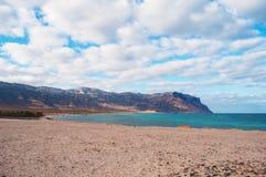 Promontoire de Shauab vu du village de Qalansia, plage, paumes, montagnes, bâtiments, île de Socotra, Yémen Images libres de droits