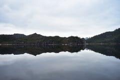 Promontoire sur le tennis de lac Photographie stock libre de droits