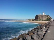 Promontorio di Nobbys e spiaggia, Newcastle Australia fotografia stock libera da diritti