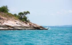 Promontorio in mare blu Fotografia Stock