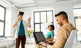 Promoteurs avec le casque de réalité virtuelle au bureau Images libres de droits