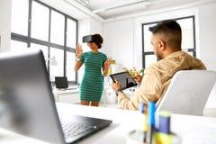 Promoteurs avec le casque de réalité virtuelle au bureau Photos stock