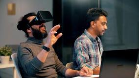 Promoteurs avec le casque de réalité virtuelle au bureau banque de vidéos