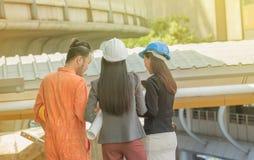 Promoteurs regardant au-dessus d'un panorama urbain choisissant un appropriat Photo libre de droits