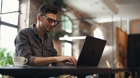 Promotor de las TIC que mecanografía en el ordenador portátil almacen de metraje de vídeo