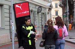 Promotor del agente de publicidad en la calle imagenes de archivo
