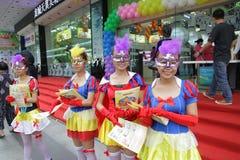 Promotores da menina, vendas do telefone celular