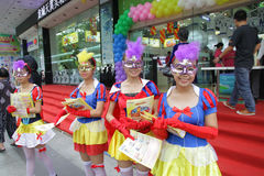Promotores de la muchacha, ventas del teléfono móvil Fotografía de archivo libre de regalías