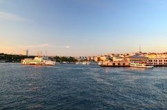 Promu pławik na drodze wodnej Morze Marmara Zmierzch obraz stock