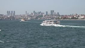 Promu podróżowanie w Bosphorus z Istanbul linią horyzontu i dziewczyna Górujemy, Turcja zdjęcie wideo