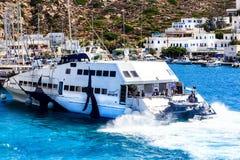 Promu port Grecki wyspy Ios, Cyclades Zdjęcie Royalty Free