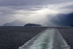 Promu statku wycieczkowego Łódkowatego kilwateru Howe Rozsądny Burzowy niebo Fotografia Royalty Free